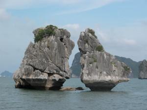 Ha_Long_bay_The_Kissing_Rocks